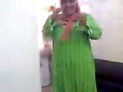 Olgun Arap Hicap Sürtük Sucking Cock ve soyunmak elbise