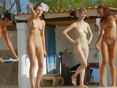 Des Six poussins naked à la piscine de Russie