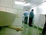 Oudere adamım Oyunuzun zich aftrekken en pijpen ve Openbaar içinde tuvalet