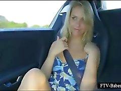 Underbara blond tonåring gnuggar tuttar och fitta i bilen