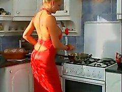 Duitse MILF geneukt in de keuken