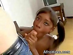 Unga Afro babe sugande Monstercock And Anal