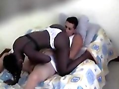 Black Girl Sucer coq blanc sur ses genoux