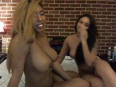 Big boobs eebenpuu lesbo rubs tyttöystäviä pussy kanssa vibrator