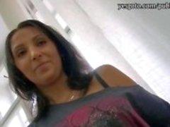 Phat kont hete brunette meisje sloeg in de salon met perv klant