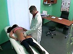 Blonde patients de se masser et doigter
