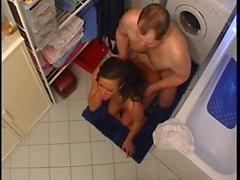 Mari et femme de Get It dessus dans La salle de bains