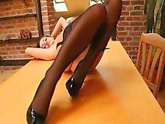 söt brunett i strumpor på bordet