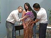Von drei Glück Männer leckt eine hübschen indischen Frau