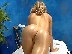 Jeune fille blonde se fait défoncer une salle de massage