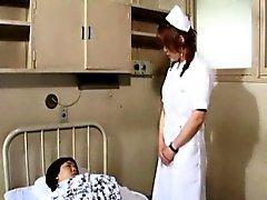 A Riho enfermeras asiática caliente llega cojones anal con otro cinturón-