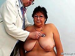 Busty daha yaşlı bir kadın GYN klinikte Sınavı