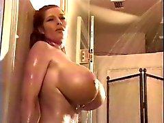 Teddi Barrett no chuveiro