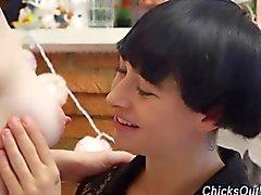 Реальных австралиец лесбиянок вылизывает сладостные бледно молочного цвета Груди