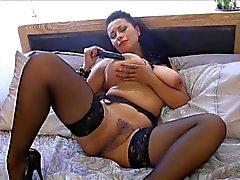 Mulheres maduras britânico Danica brinca com ela mesma na cama