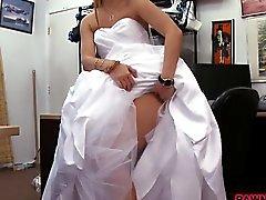 Empeños las Chicas su vestido de boda y luego follan Guy el peón naughty