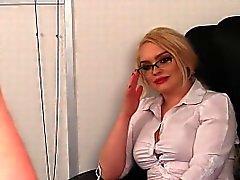 CFNM блондинка мигает синицами