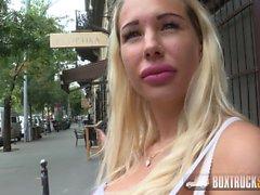 Kyra Hot obtient une charge sur ses seins à Budapest