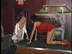Blonde et brune lesbiennes s'entraînent dans une table de billard