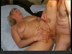 Tombul sarışın büyükanne hemşire onu hasta başını verir ve onu sikikleri