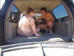 Ебля незнакомец задней стороны автомобиля на кемпингов взять сперма в жопе