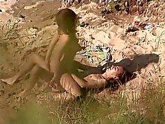 Voyeurs na praia pública . Eléctricas mulher algumas sexo