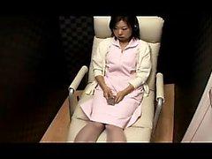 Ослепительная японка с большими гутами осторожно трет ее