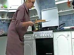 Бабка в кухне R20