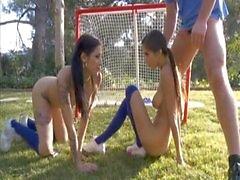 Underbart trekant med båda sportiga tonåringar