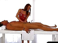 Hautenge masseuse massieren absaugt und Sperma unter dem Tisch hervor Gesichts