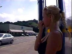 Marvelous gyllene hår som Peeing in en busstation On xPee