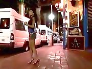 Schöner Brunette Straßennutte dreht sich um einem Frauen mit Schwanz werden