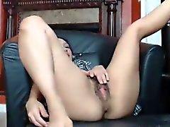 Córnea de Babe jugando con su bonito Hairy Pussy Tablero de