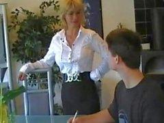Mère allemande enseigne la Le jeune garçon