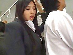 Sexy Asian hottie Saori Hara trevar en man på tunnelbanan och jänkare hans wanker