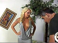 Vita fru förnedrar fästman i svart tjur