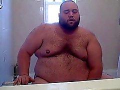 Chubby urso brincando na banheira