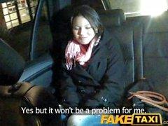 FakeTaxi Junge Babe gefickt von cabbie auf dem Rücksitz
