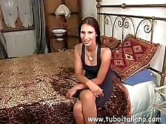 Dubbele functie van twee langharige brunettes verslindt lul