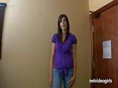 Pechugona joven aficionada morenaza de Jamie viene para una audición de joven agenda y crear una trío