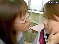 Школьница в Uniform Поцелуи Spitting со своим учителем Получение ее киска облизываемая в классе
