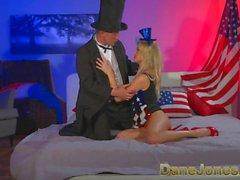 DaneJones jeune blonde célèbre la liberté de baiser avec Abe Lincoln
