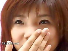 deslumbrante menina japonesa provocando -se