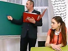 Зрелая учителя трахается с трудом правового киску