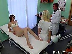 Doctor tirando a su los pacientes salvajes de la cama