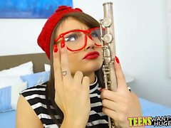 Kåt kille lär tonåring hur man spelar flöjten med sin kuk
