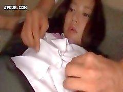 Tilltalande asiatisk schoolgirl får tillgångar retade i 3some