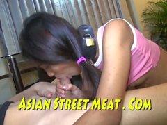 Söt asiatisk slav buggered på glas soffbord