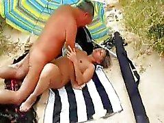 Min fru knullar på stranden med främlingar