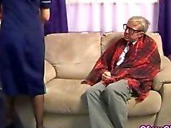 Anciano necesita algo bien frotación